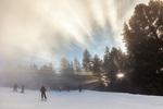 Слънчеви лъчи по ръба на мъглата