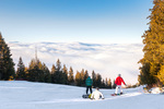 Сноубордисти готови за спускане в облаците