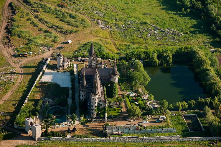 Изглед от високо към замъка в Равадиново