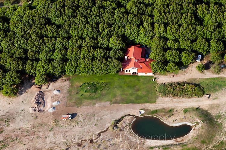 Къща с езеро, насред гората