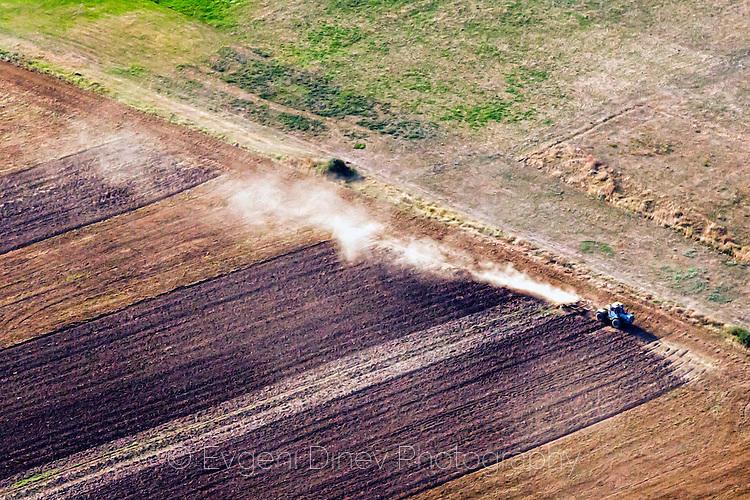 Трактор оре в полето