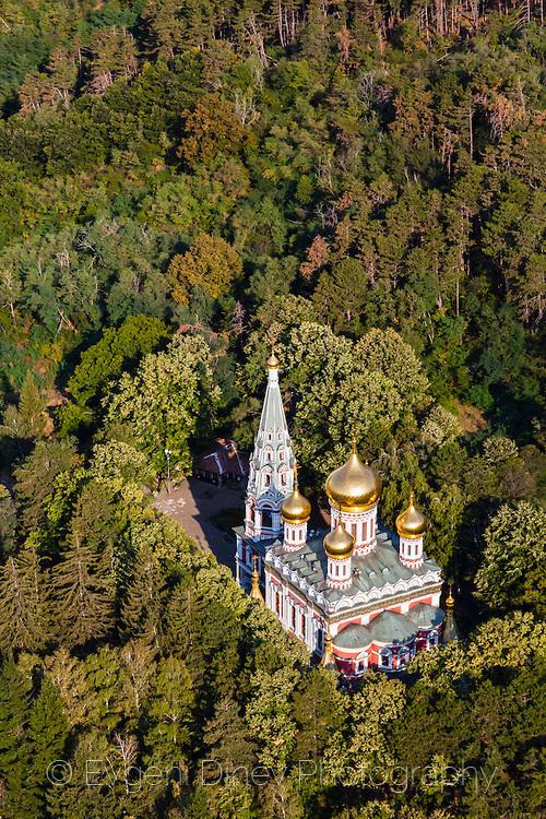 Бяла църква насред зелена гора