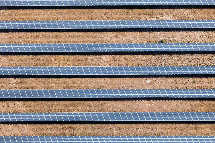 Редици от соларни панели