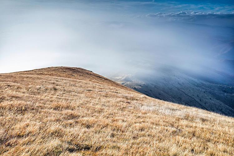 Вятър издухва мъглата през връх Амбарица
