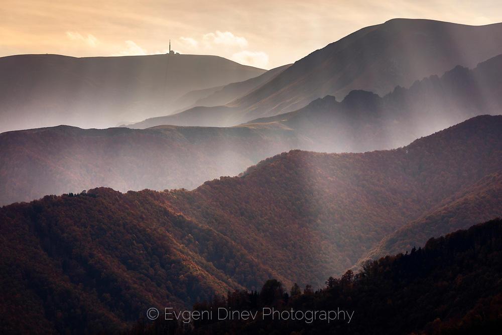 Балкански ридове в завеса от слънчеви лъчи