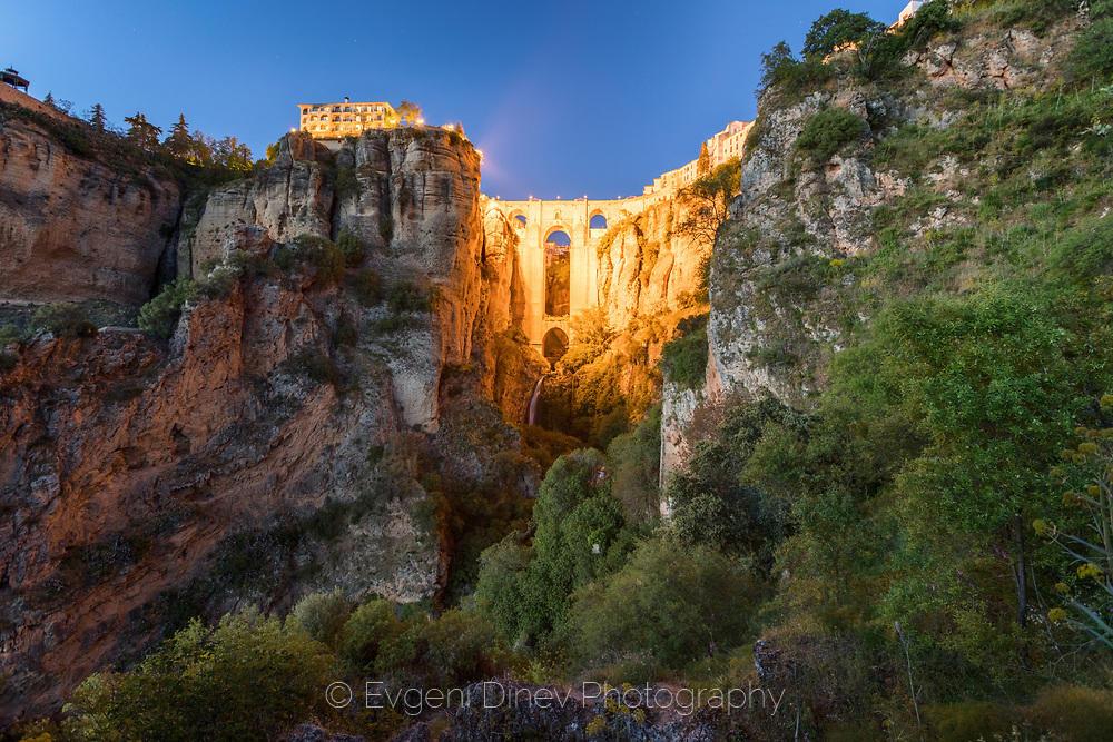 Каменен мост с водопад под него в Ронда