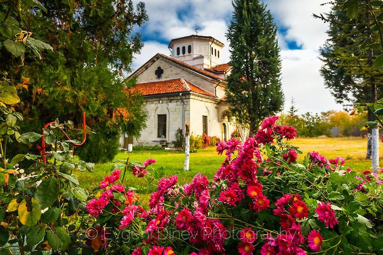 Араповския манастир в букет от розови цветя
