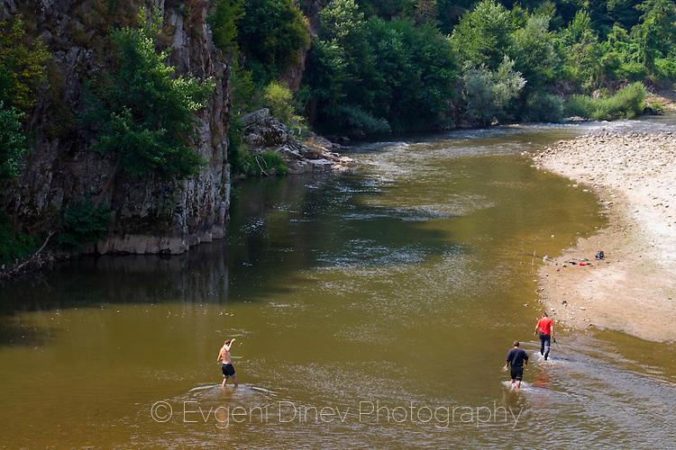 Момчета газят в река Арда