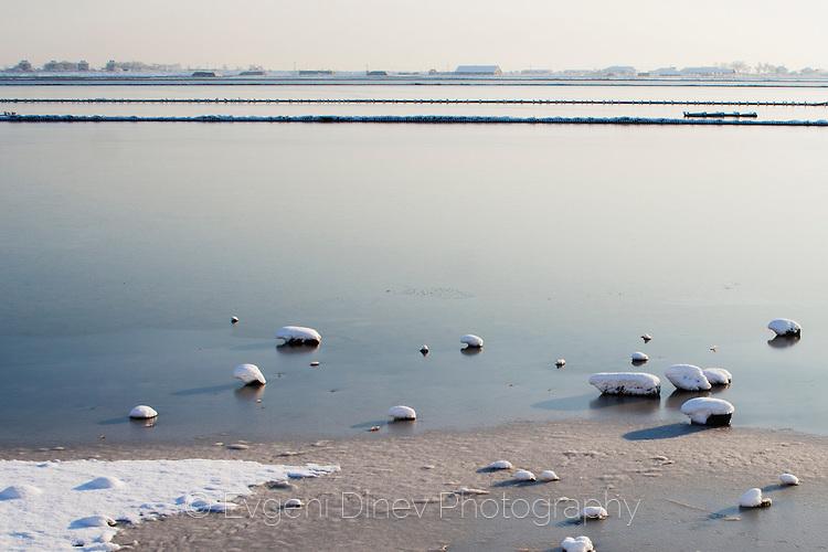 Атанасовското езеро сковано в лед