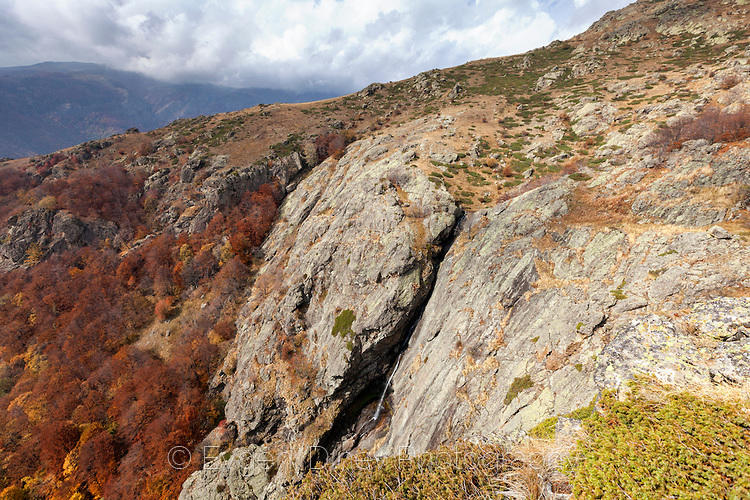 Водопад между скалите