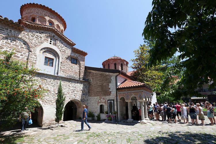 Хора на опашка пред църквата в Бачковския манастир