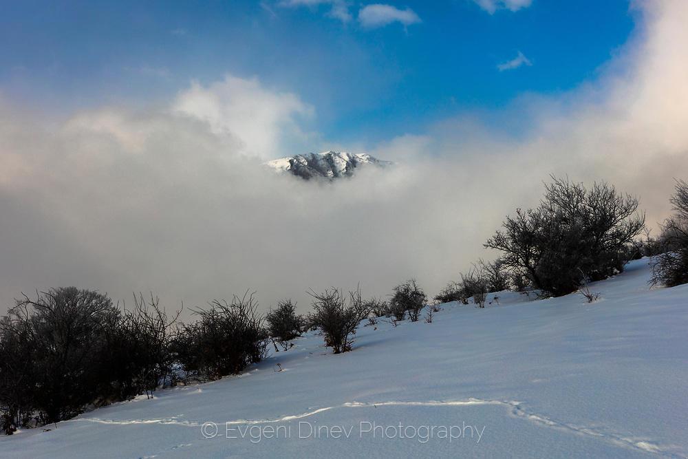 Моментен прозорец към заснежен връх