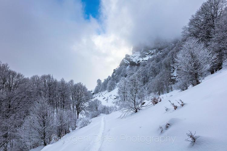 Планински връх скрит в облаци