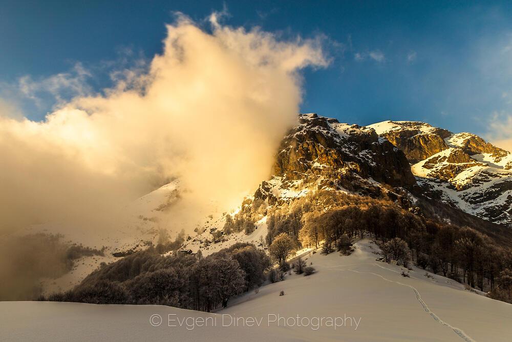 Облаци се разбиват в скалите на връх Ботев
