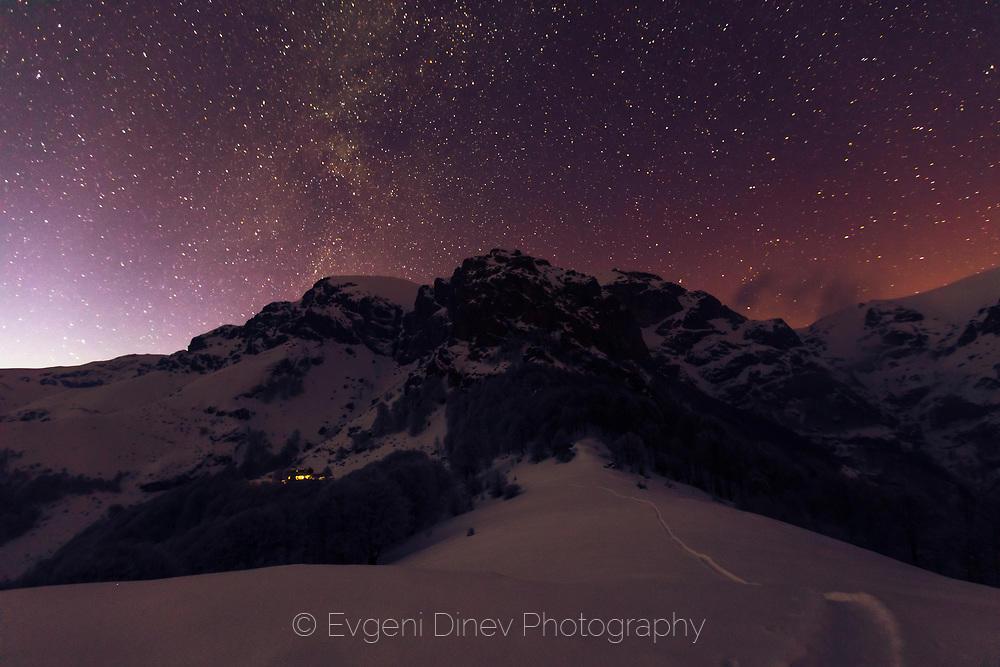 Звезди обсипват свода небесен над Райските скали