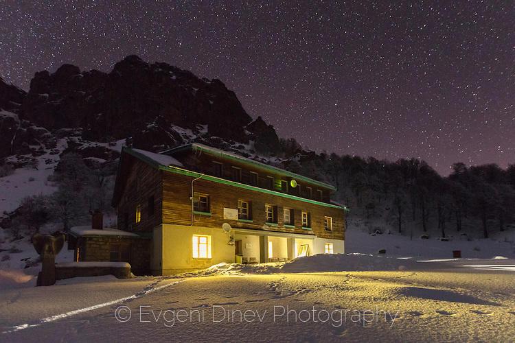Зимна нощ край хижа Рай