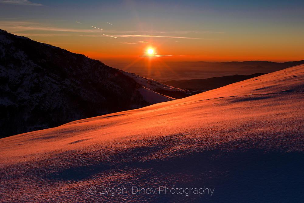 Януарски изгрев в зимния Балкан