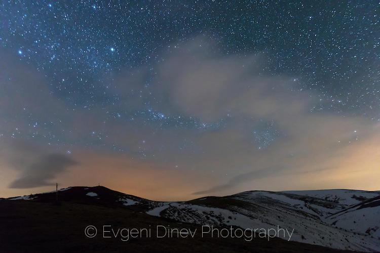Небе пълно със звезди над зимния балкан
