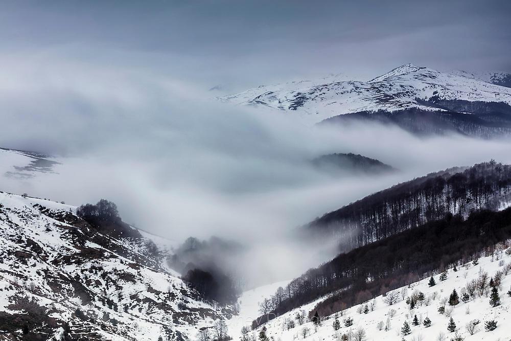 Зимни облаци обгръщат планината