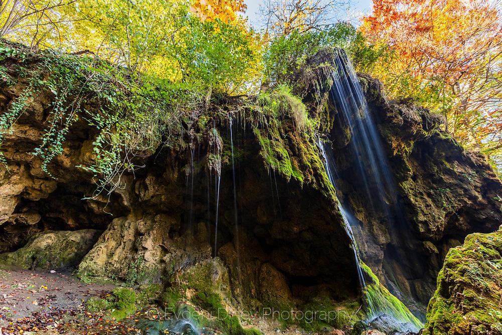 Водопад Варовитец през есента