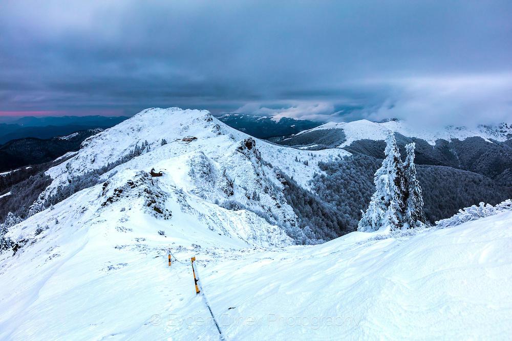 Мрачен зимен залез над хижа Ехо