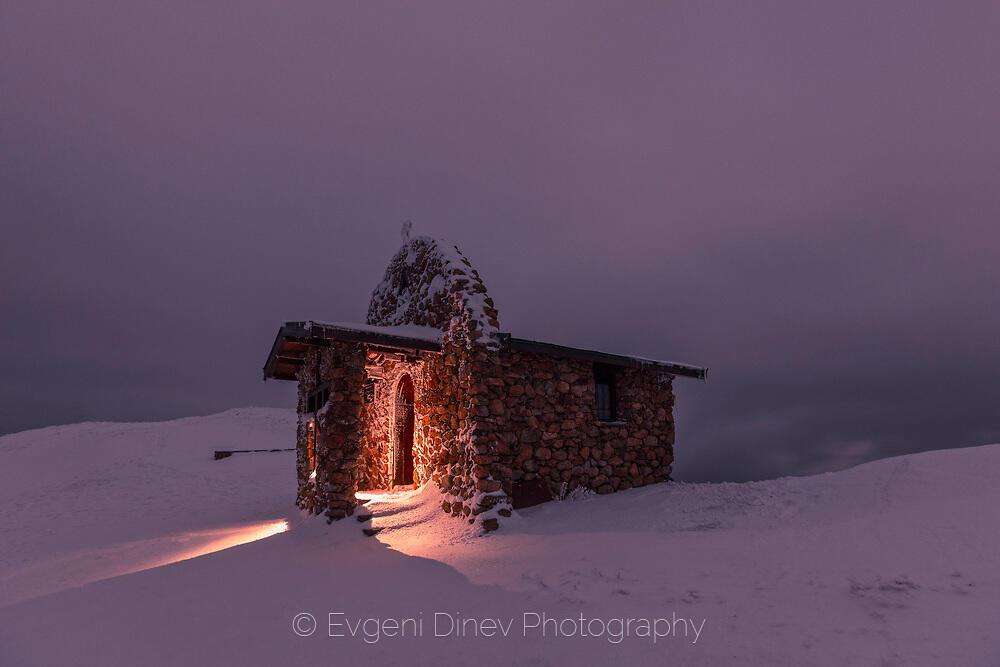 Храм в мрачната планина