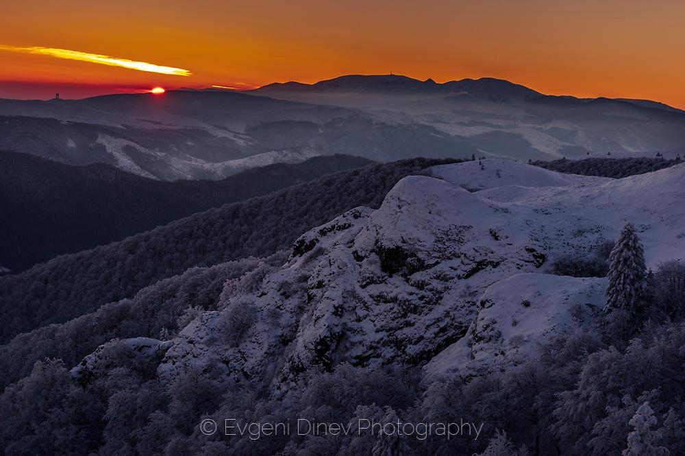 Зимен изгрев над Стара Планина