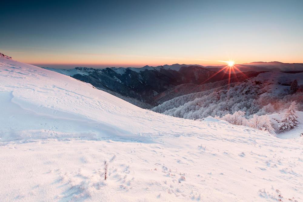 Зимен изгрев в планината