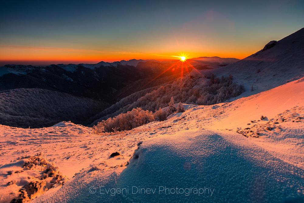 Слънчев зимен изгрев планината