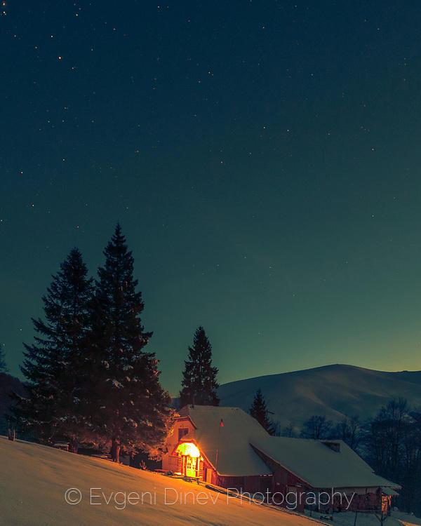 Хижа Бенковски в зимна нощ