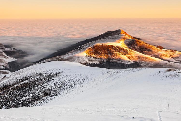 По върховете грее слънце, а в ниското лежи мъгла