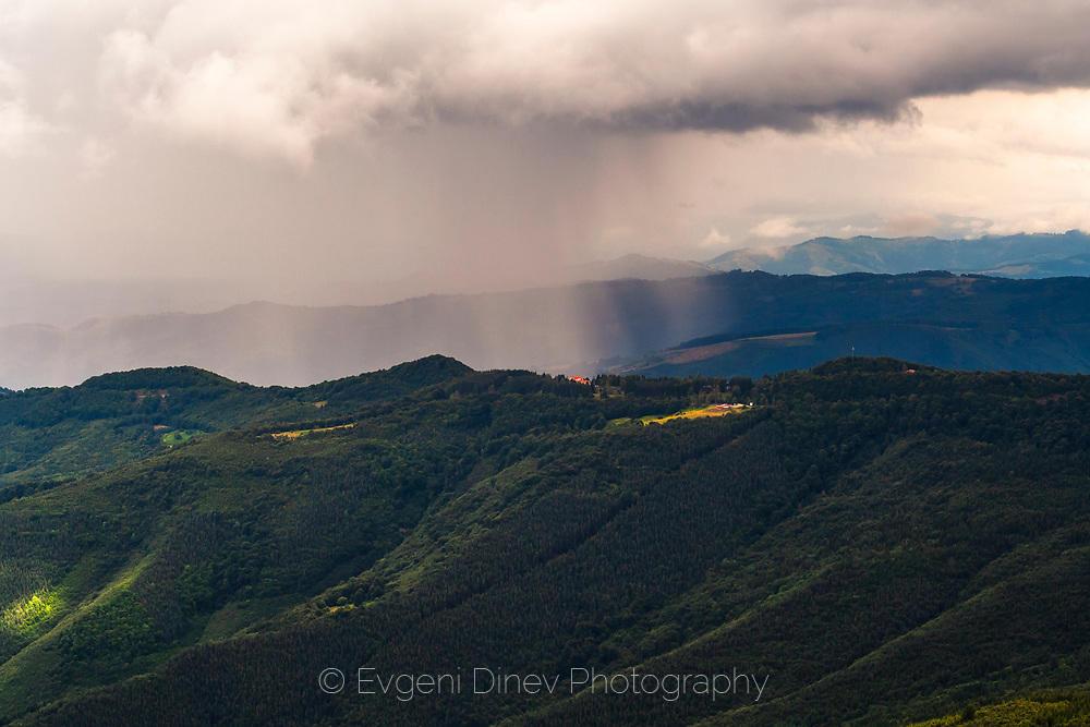 Проливен дъжд над старопланинското било