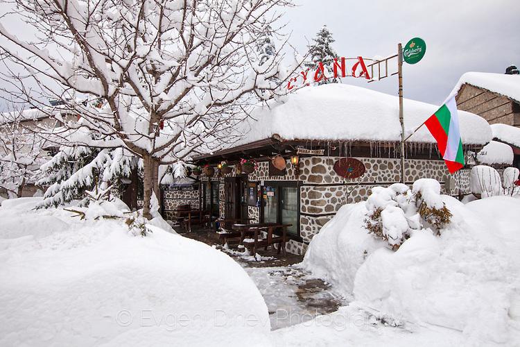 Банска кръчма покрита със сняг