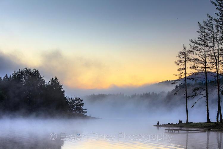 Красив летен пейзаж с изпарения над езеро