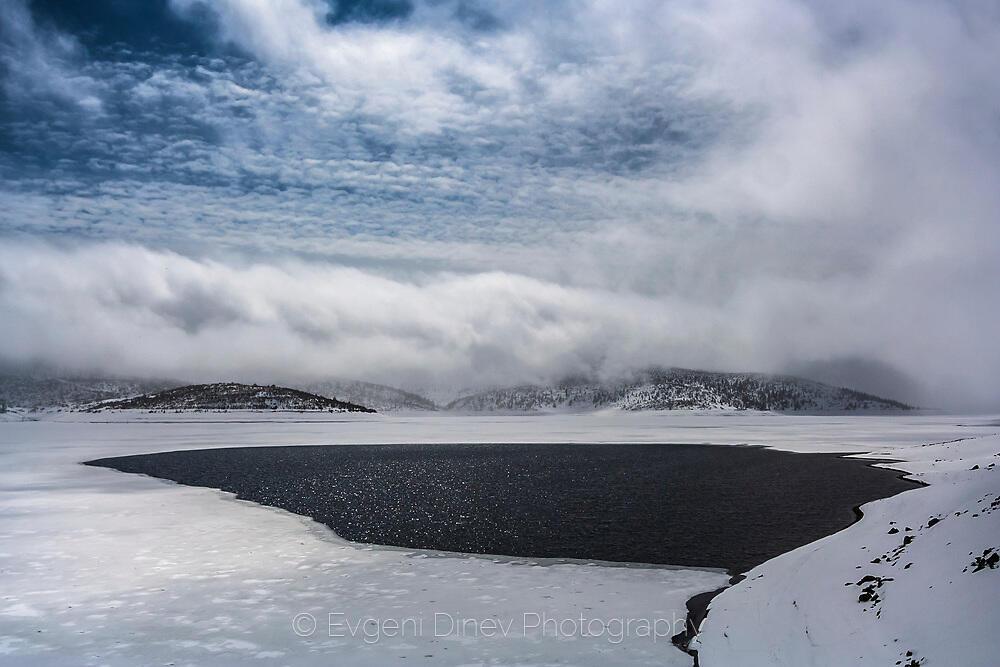Зимен пейзаж от язовир Белмекен