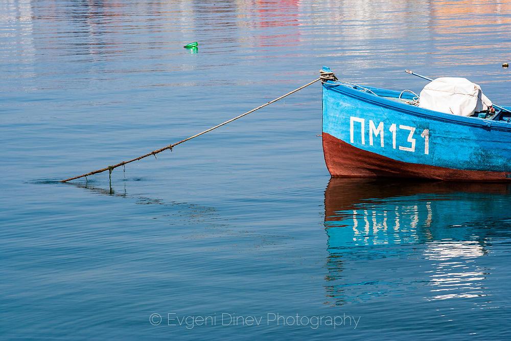 Синя лодка
