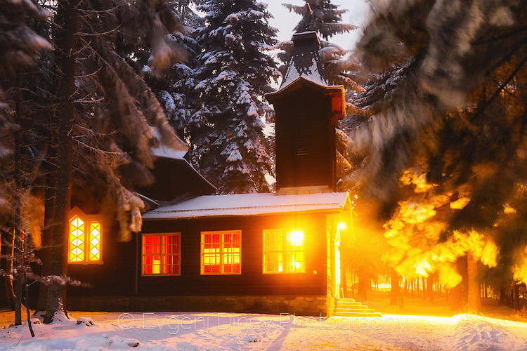 Сияйна църква в тъмната гора