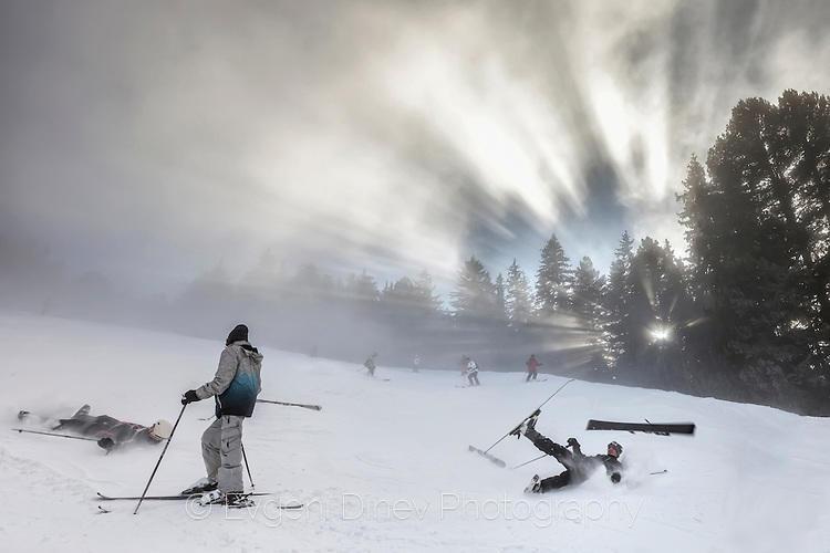 Зимен пейзаж с падащи скиори