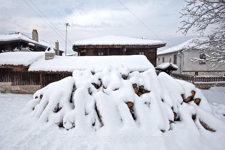 Дърва за огрев отрупани в сняг