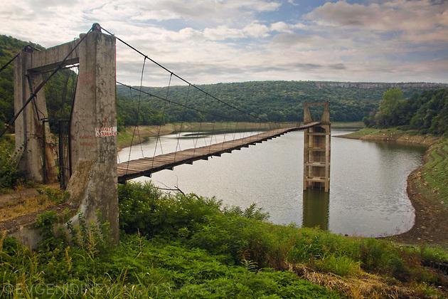 Въжен мост до кулата на язовир Негованка