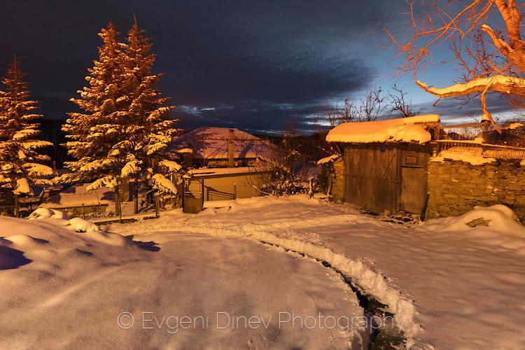 Село Буковец в зимна нощ