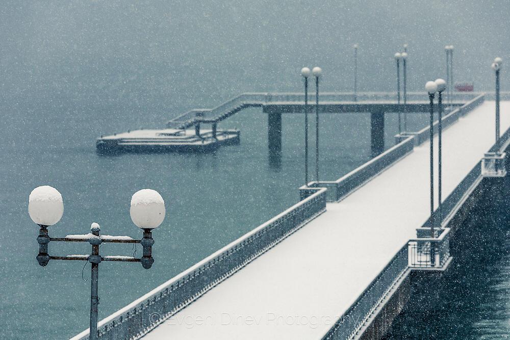 Сняг вали, мостика отрупва