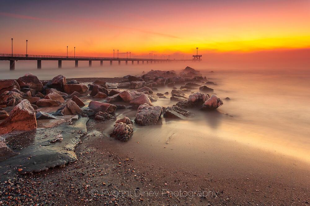 Вледеняващо утро край морския бряг