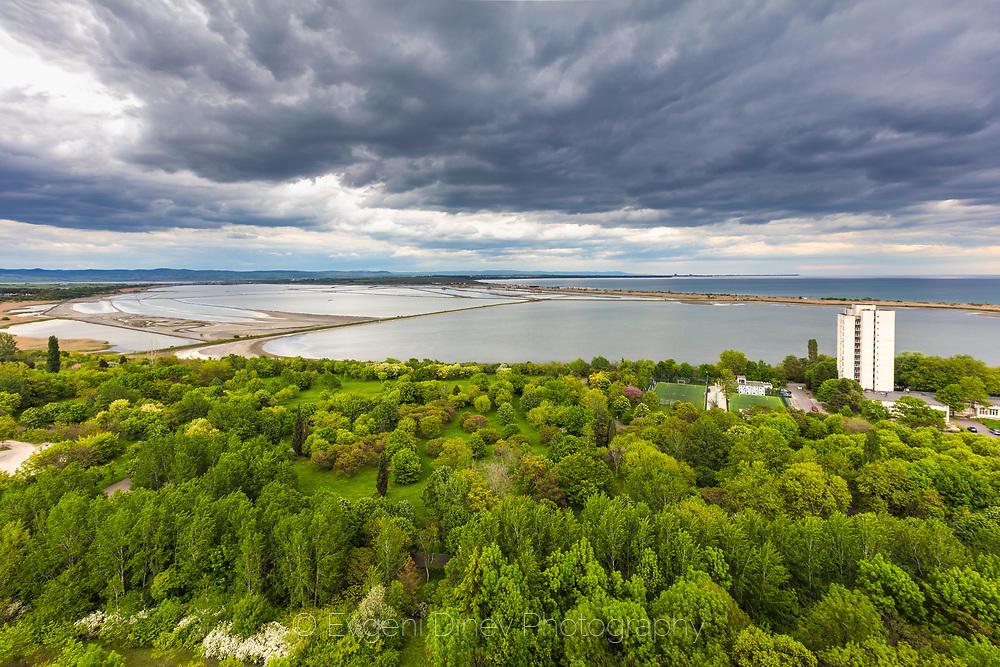 Поглед над парка, езерото и морето в Бургас