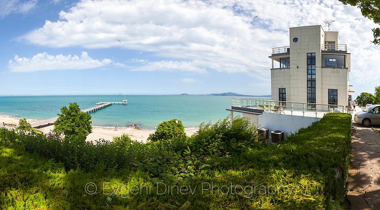 Панорамен изглед към северният плаж и казиното