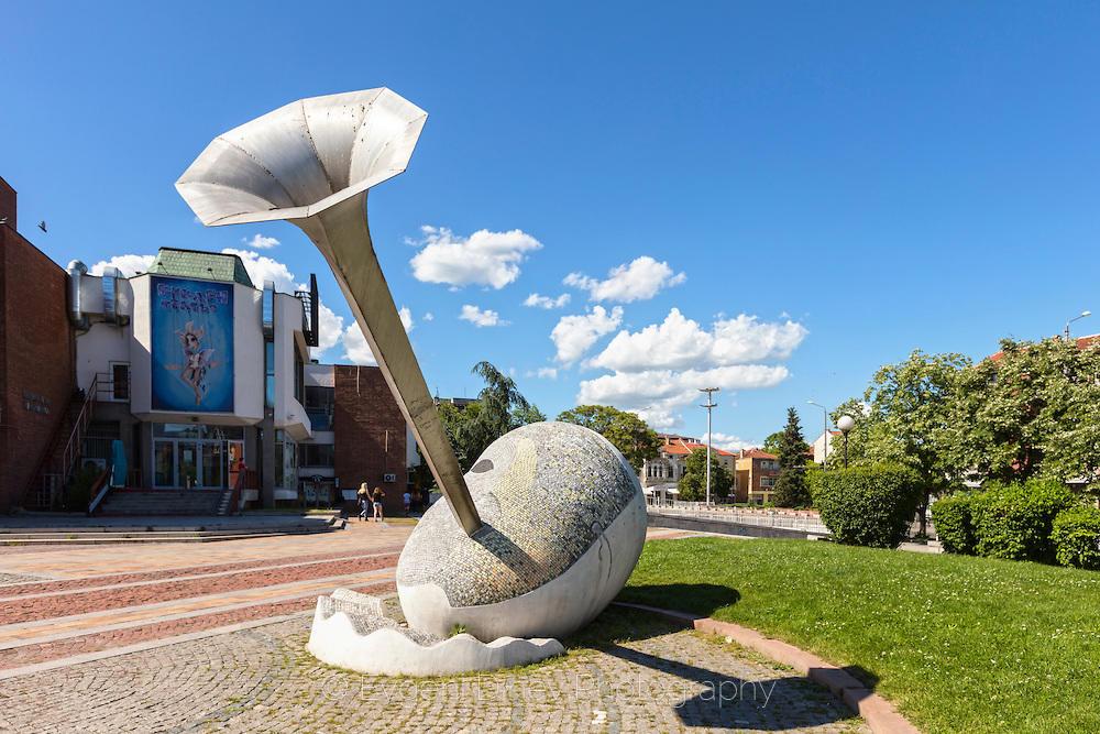 Статуя на Арлекин пред градската опера в Бургас