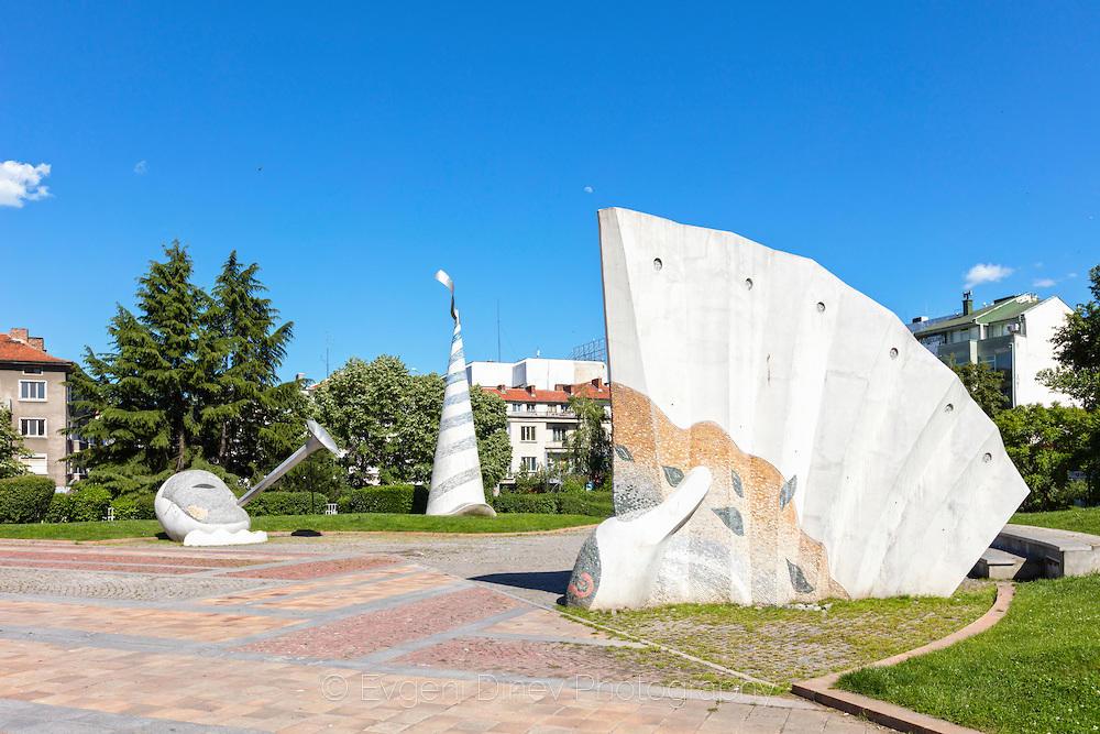 Статуя на ветрило пред операта в Бургас