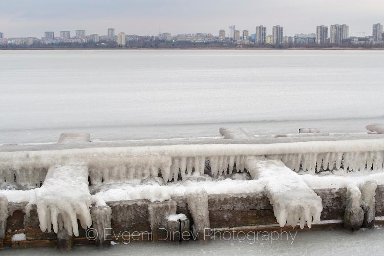 Атанасовското езеро в лед