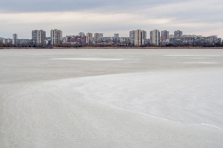 Гледка към Бургас от замръзналото Атанасовско езеро