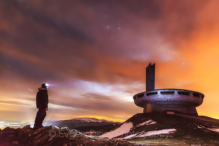 Планинар осветява паметника на Бузлуджа с фенерче